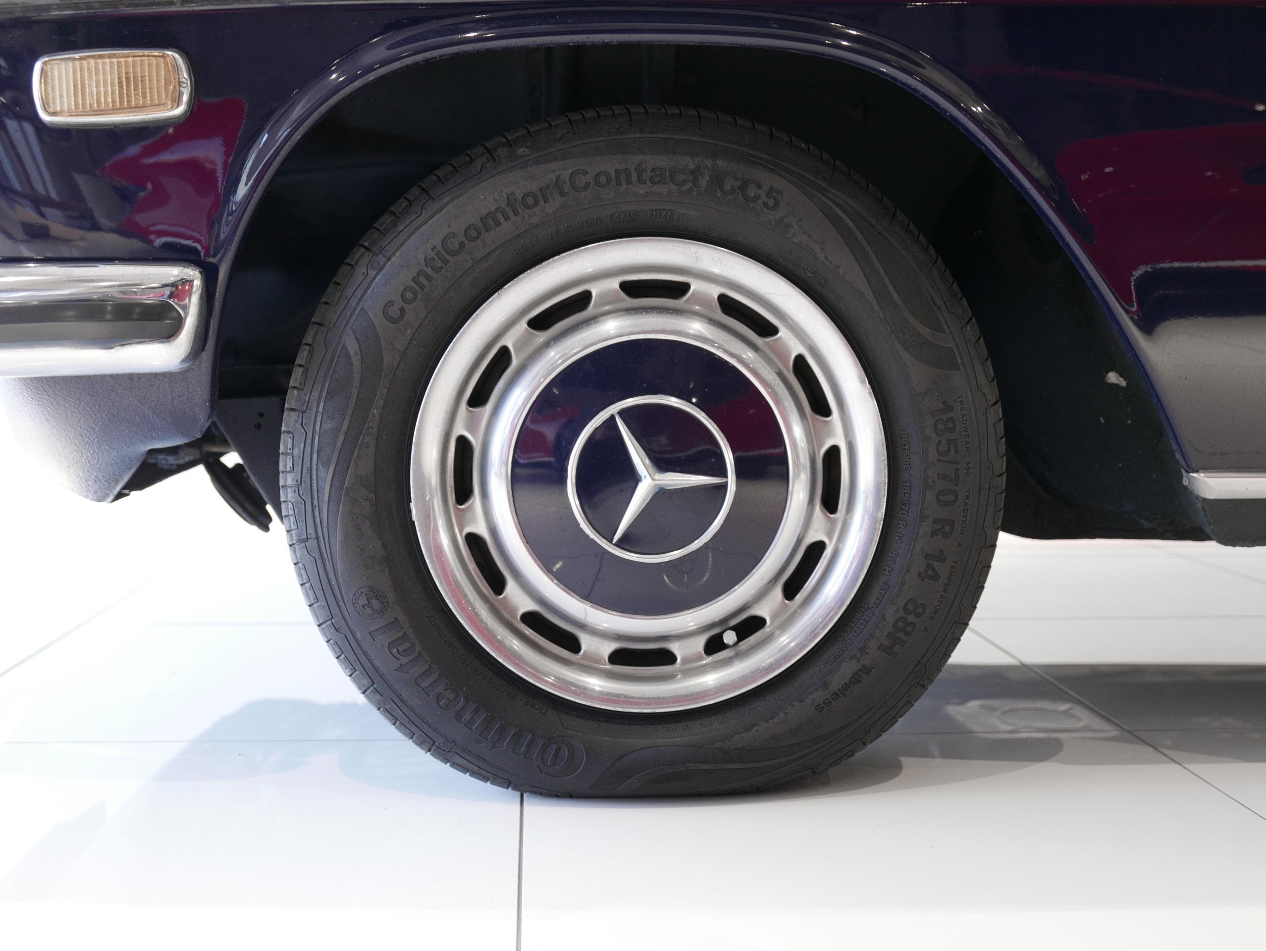 メルセデスベンツ W114 250 左フロントホイール