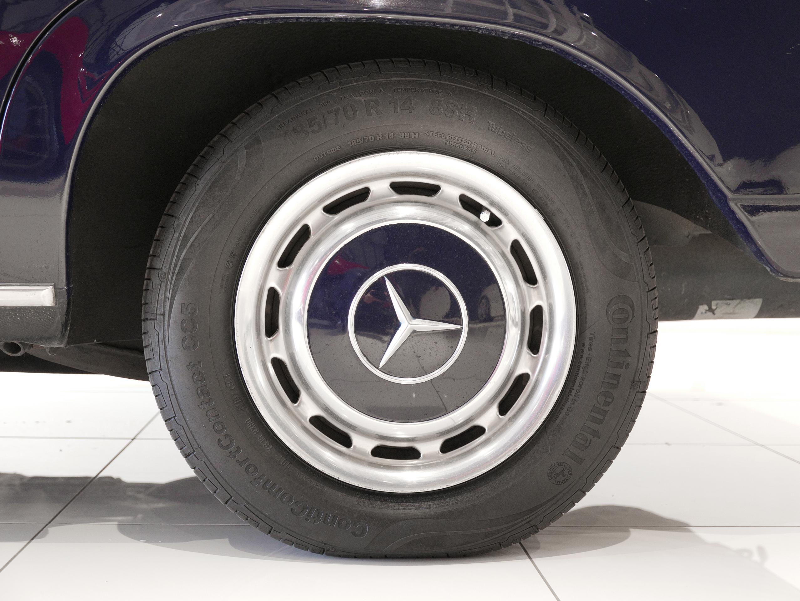 メルセデスベンツ W114 250 左リアホイール