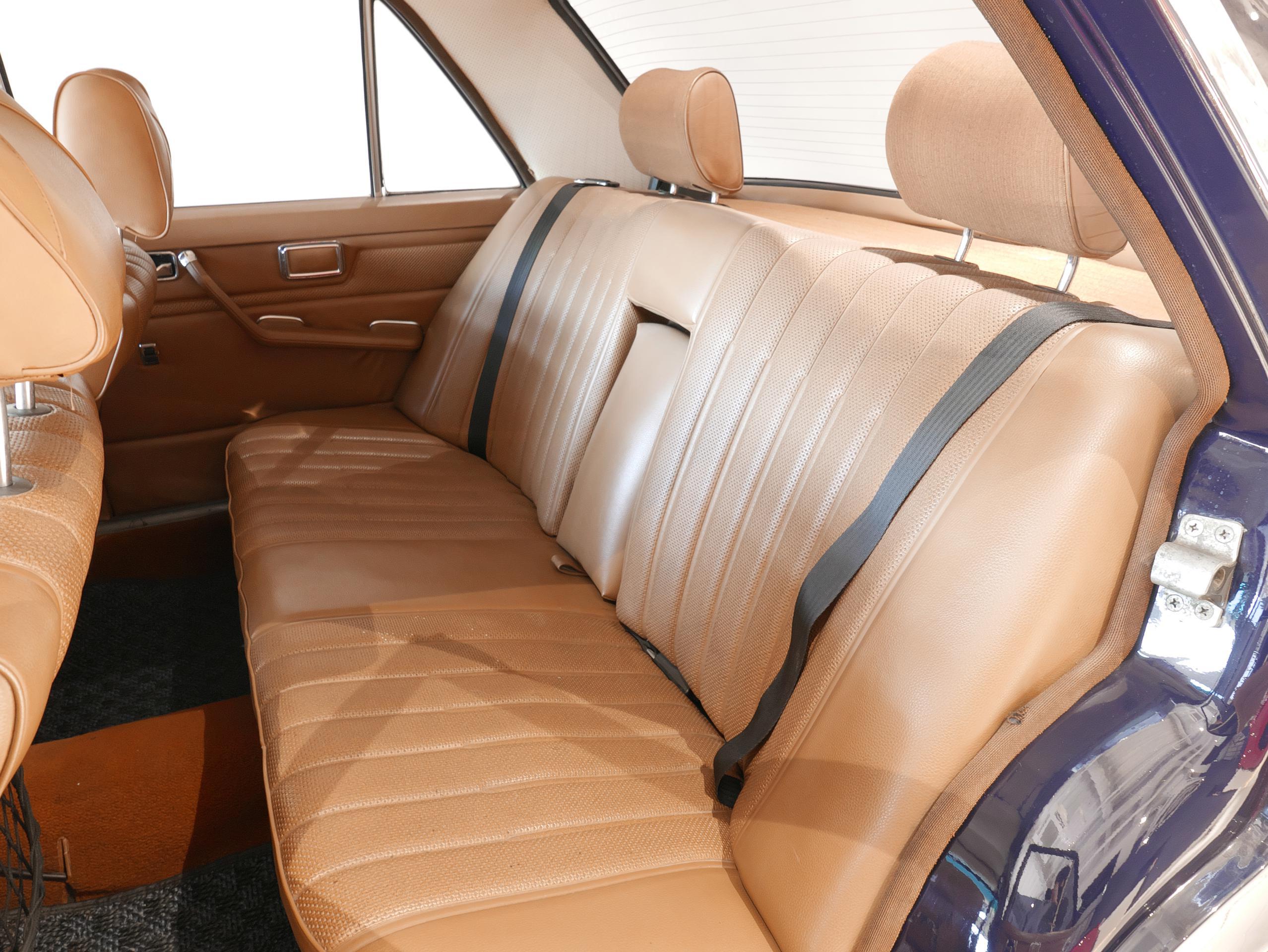 メルセデスベンツ W114 250 左リアシート