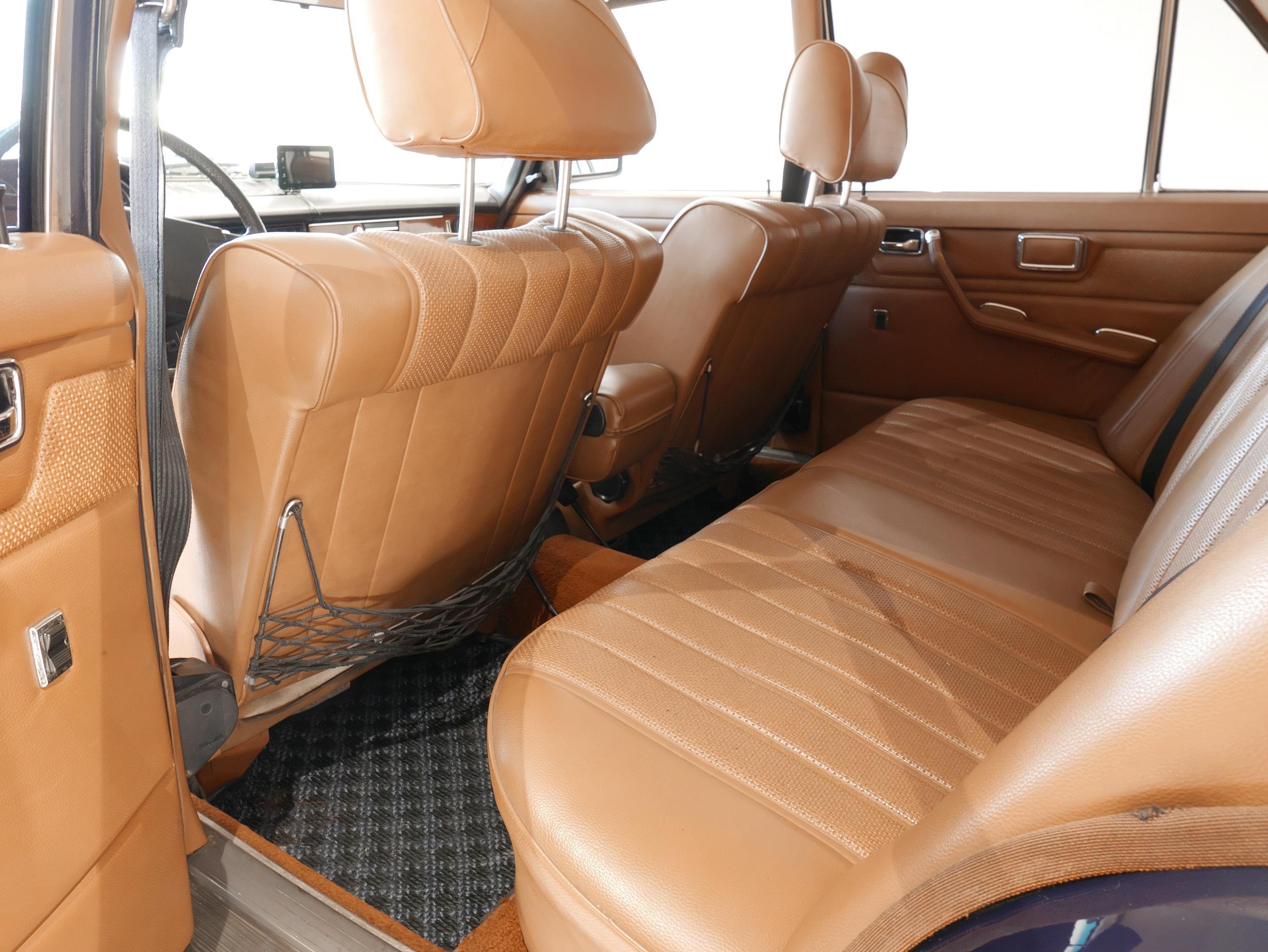 メルセデスベンツ W114 250 リアシート左側
