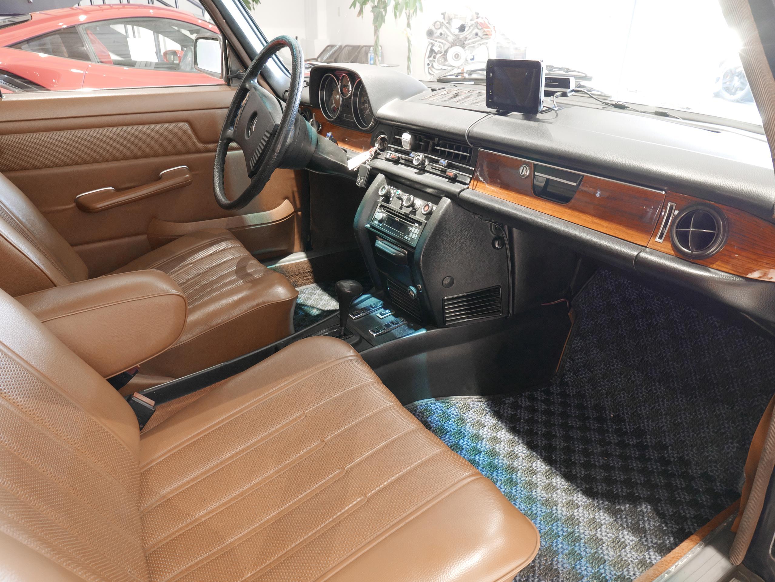 メルセデスベンツ W114 250 助手席