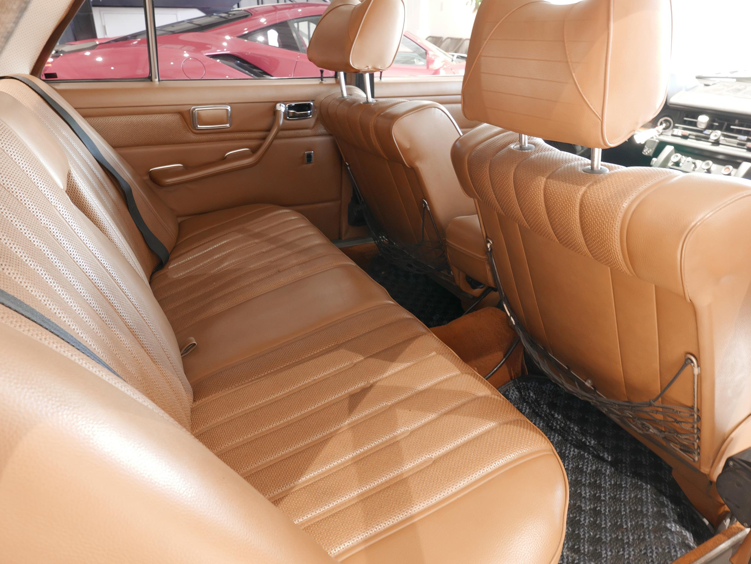 メルセデスベンツ W114 250 リアシート右側