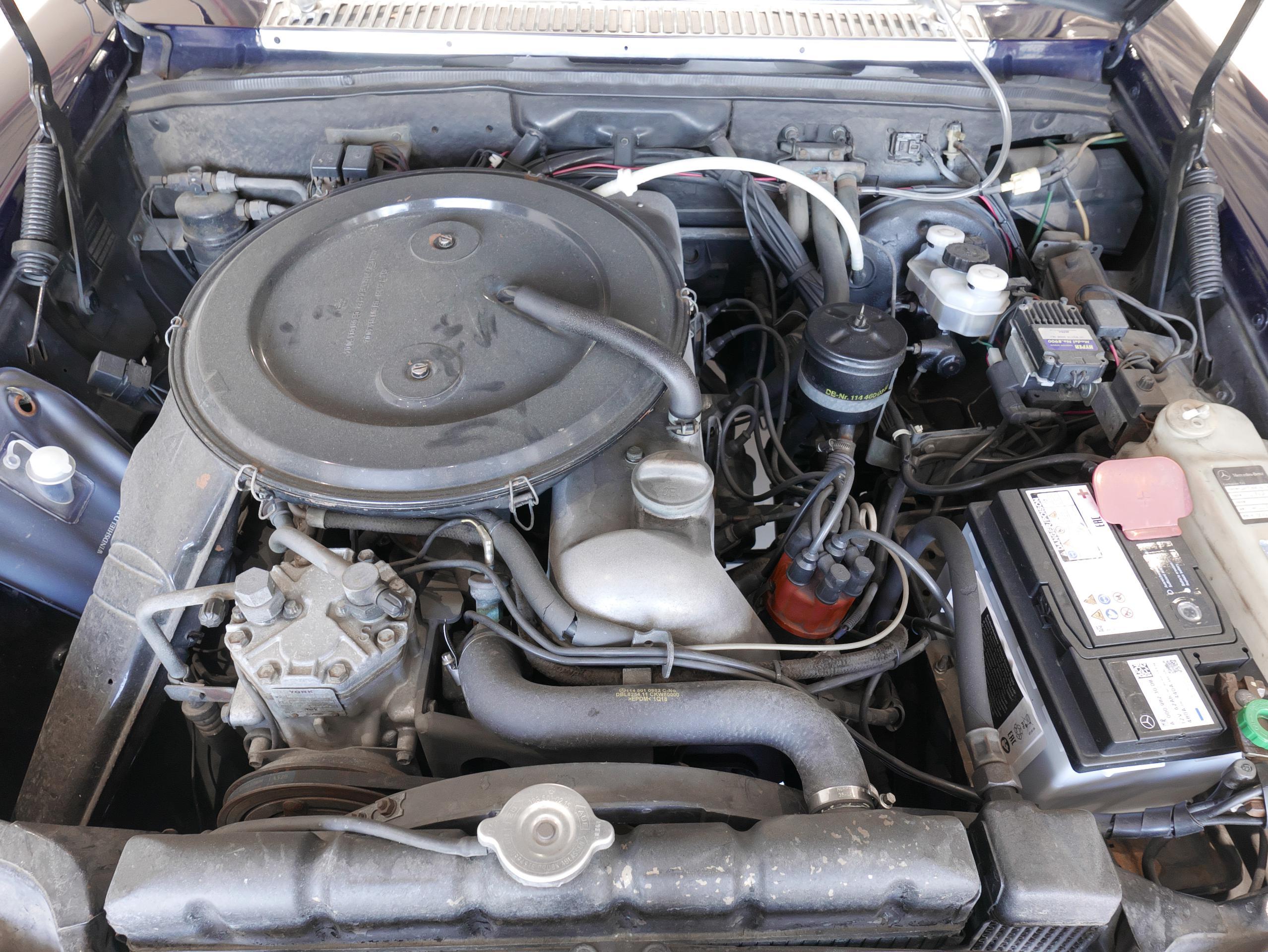メルセデスベンツ W114 250 エンジンルーム