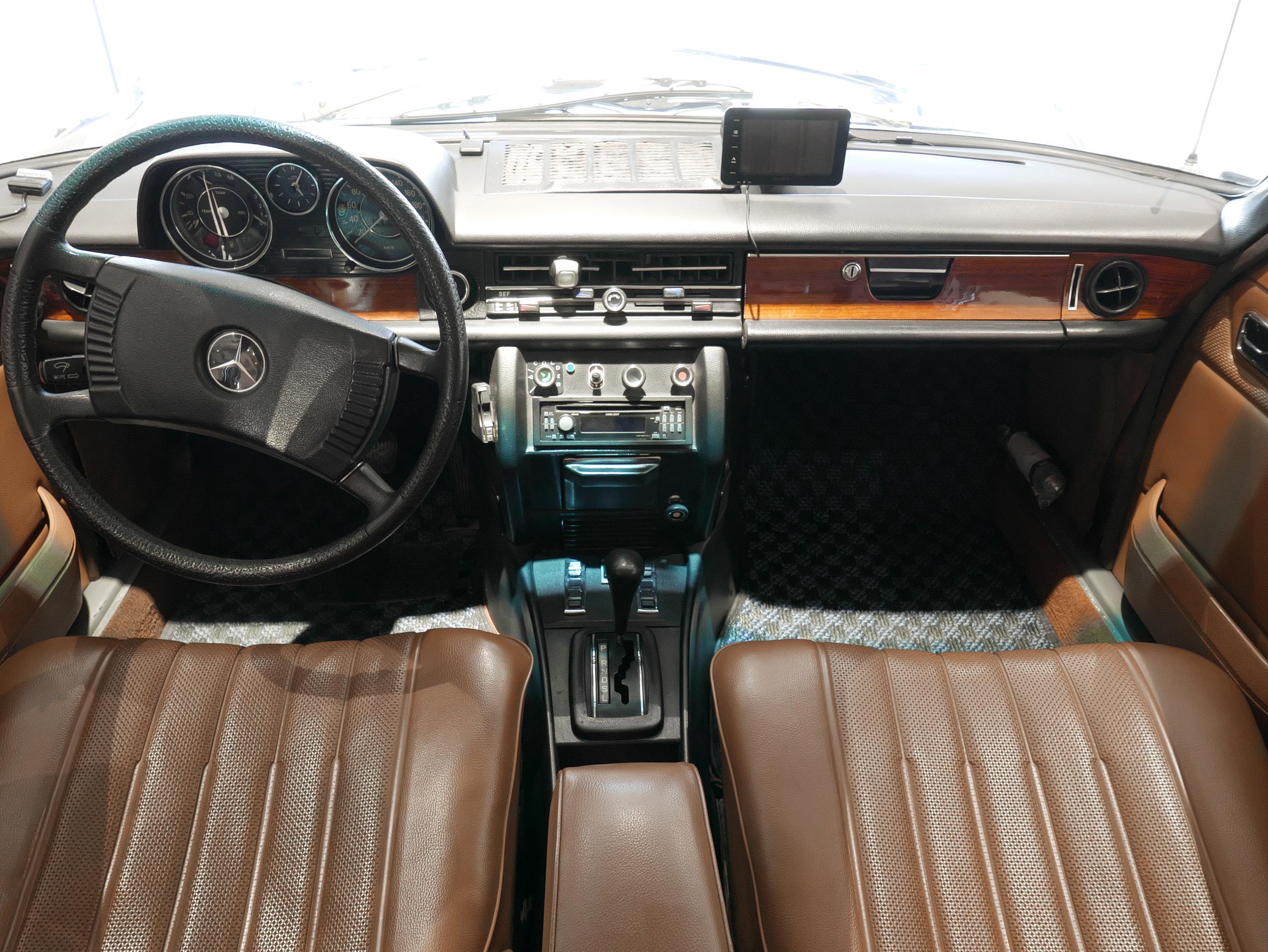 メルセデスベンツ W114 250 内装