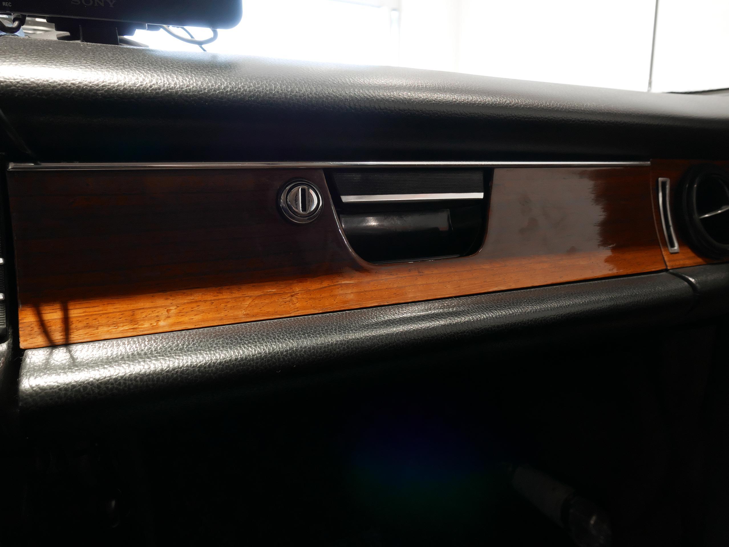 メルセデスベンツ W114 250 グローブボックス