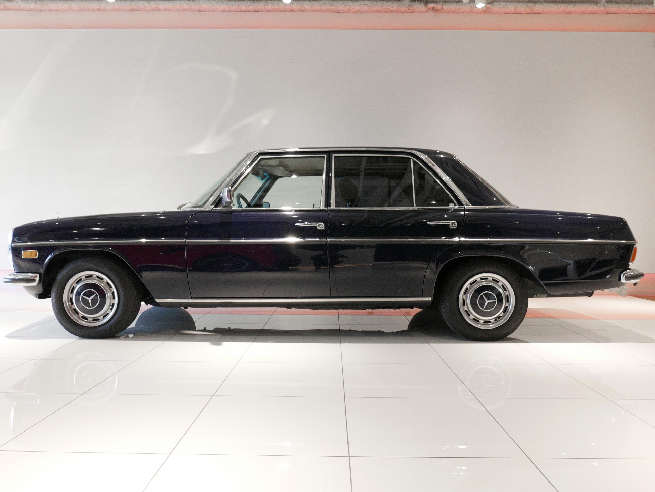メルセデスベンツ W114 250 左サイド