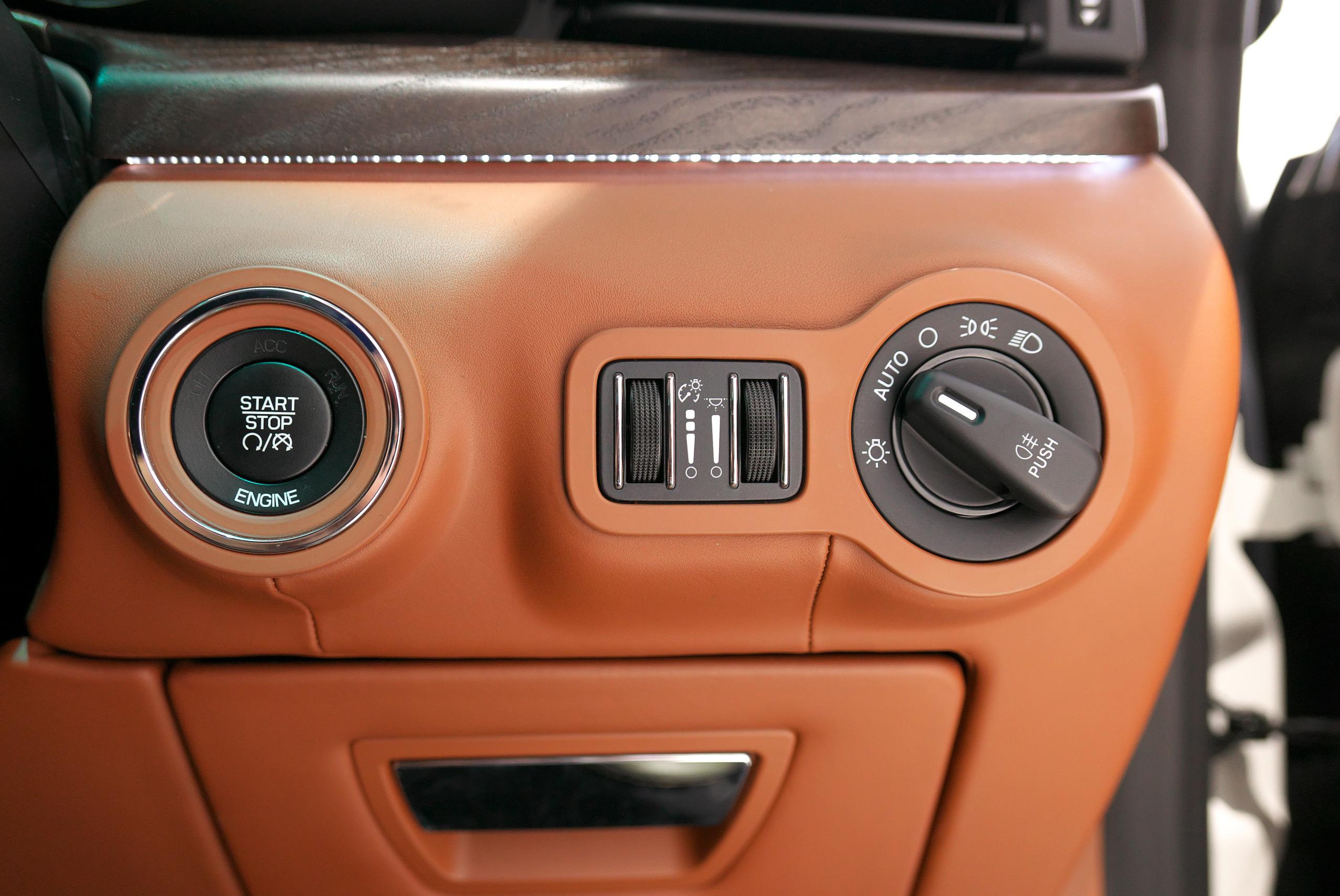 マセラティ クアトロポルテ S プッシュスタートボタン、ヘッドライトスイッチ(オートライト機能付き)