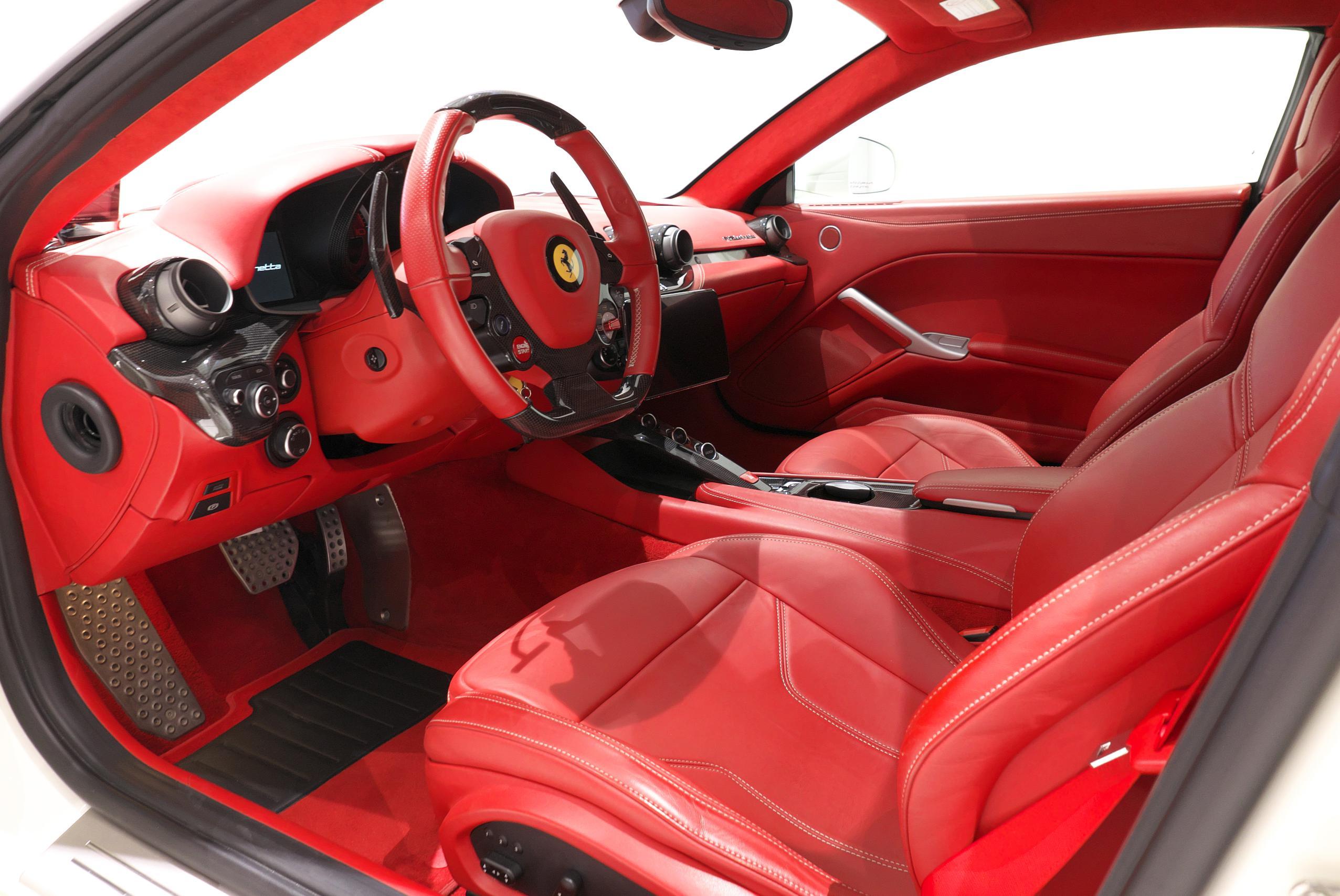 フェラーリ F12 ベルリネッタ 運転席 02