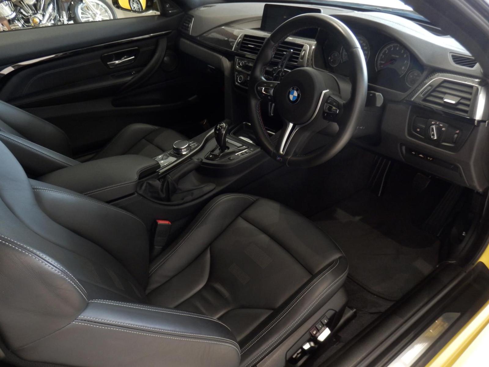 BMW M4 クーペ オースチンイエロー 内装