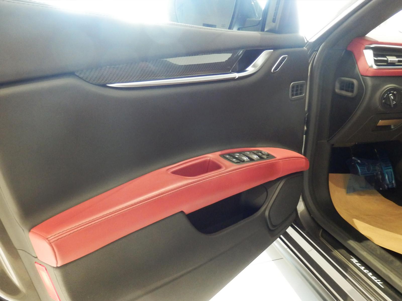 マセラティ ギブリ S 運転席ドア