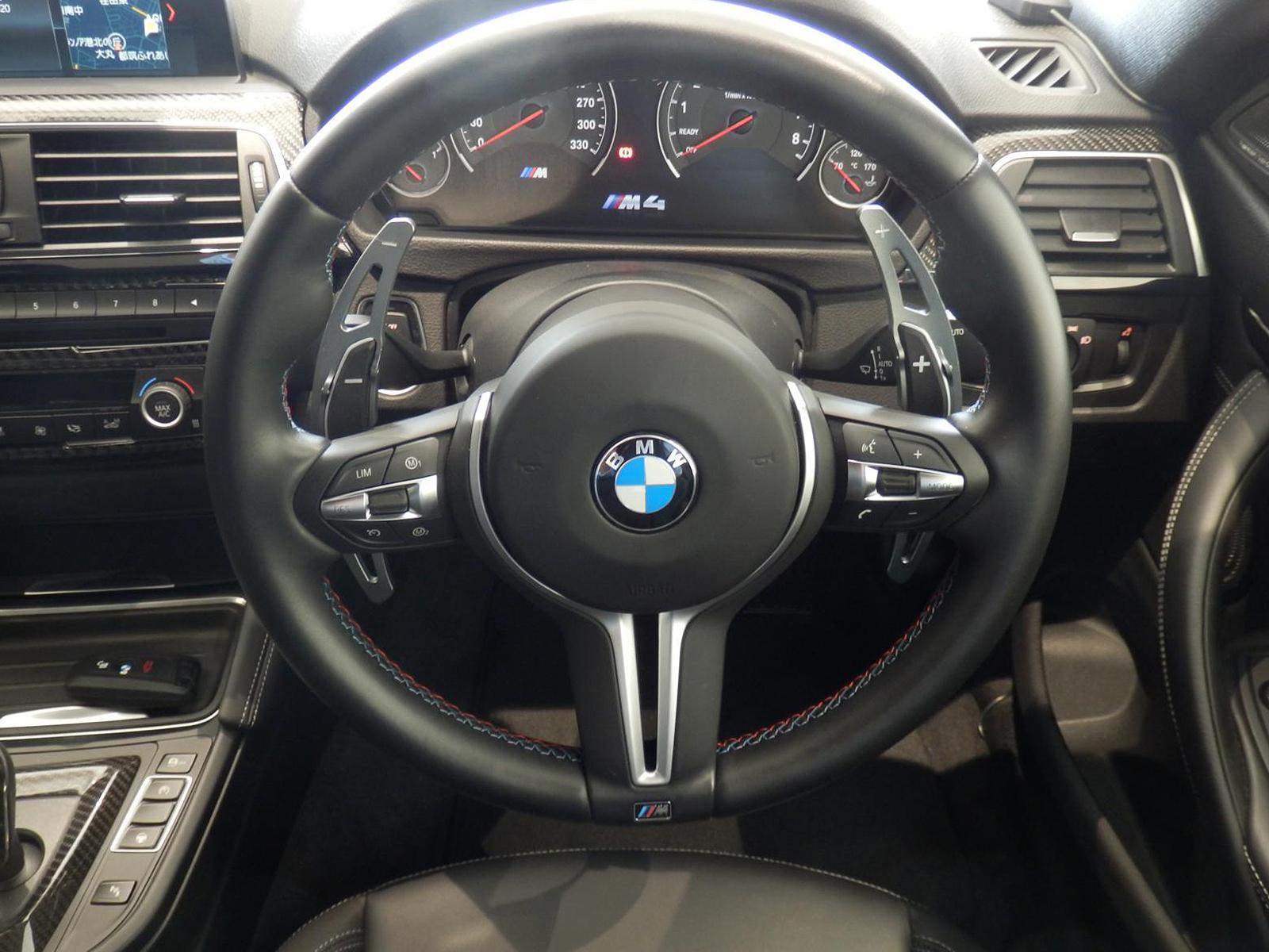 BMW M4 クーペ オースチンイエロー ステアリング