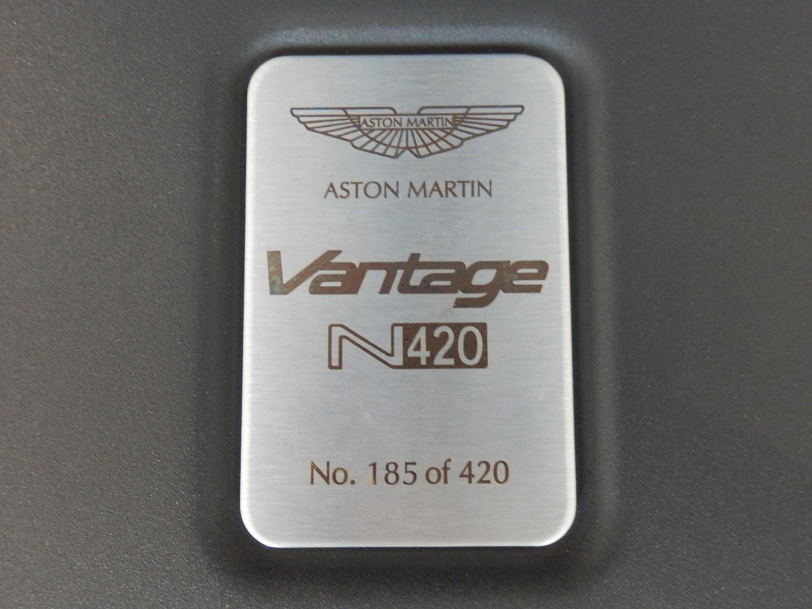 V8 ヴァンテージ N420 バッジ