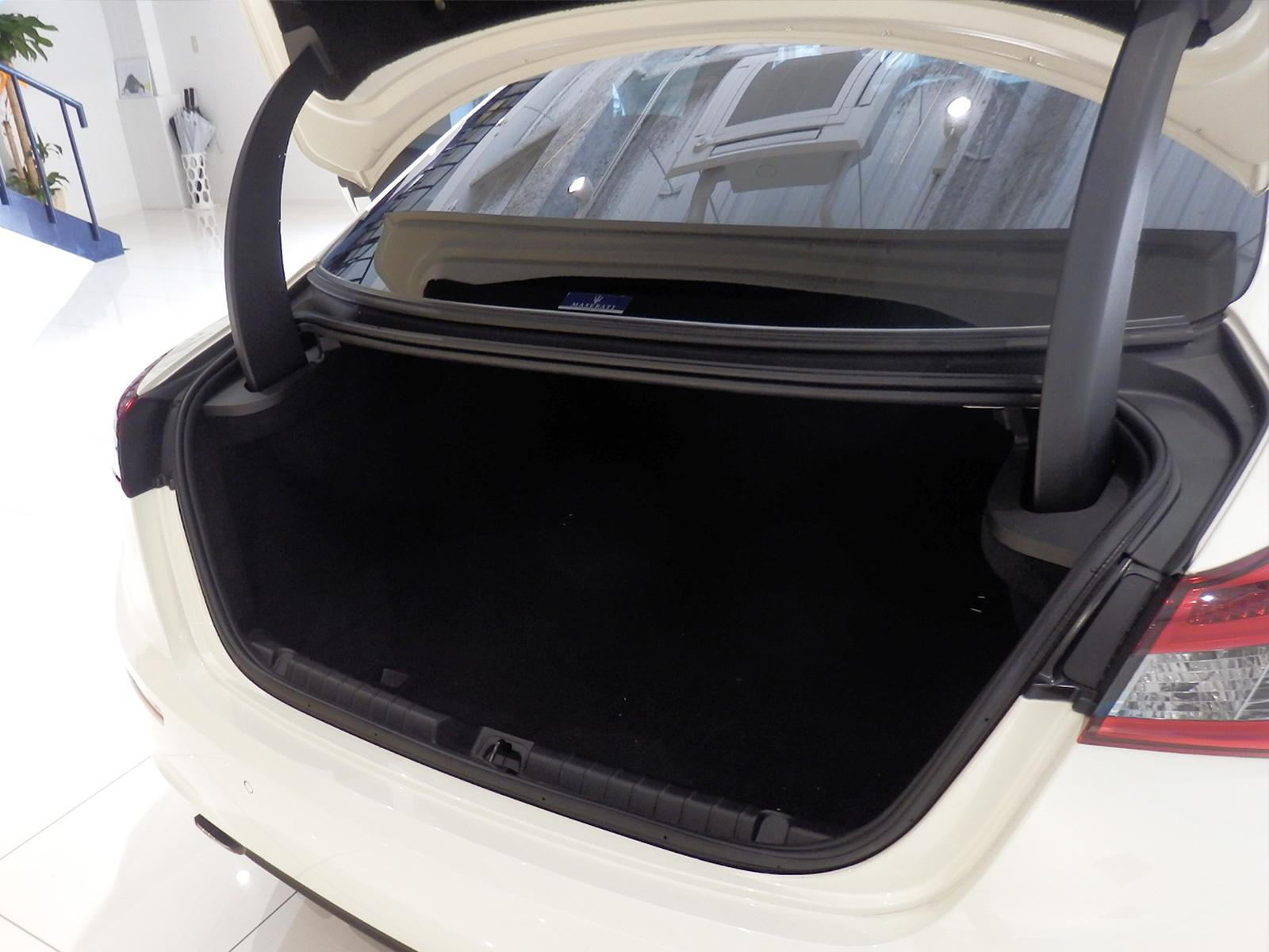 ギブリS Q4 ビアンコ トランク