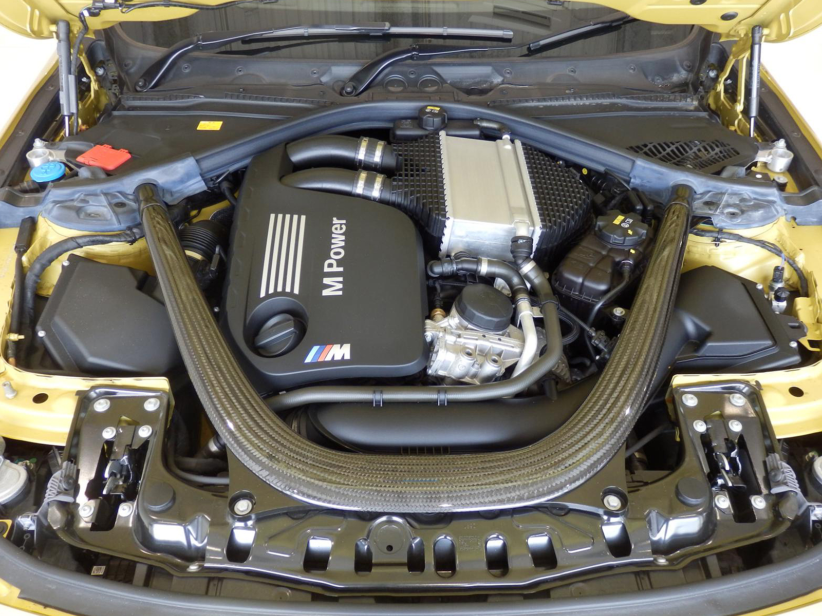 BMW M4 クーペ オースチンイエロー エンジン