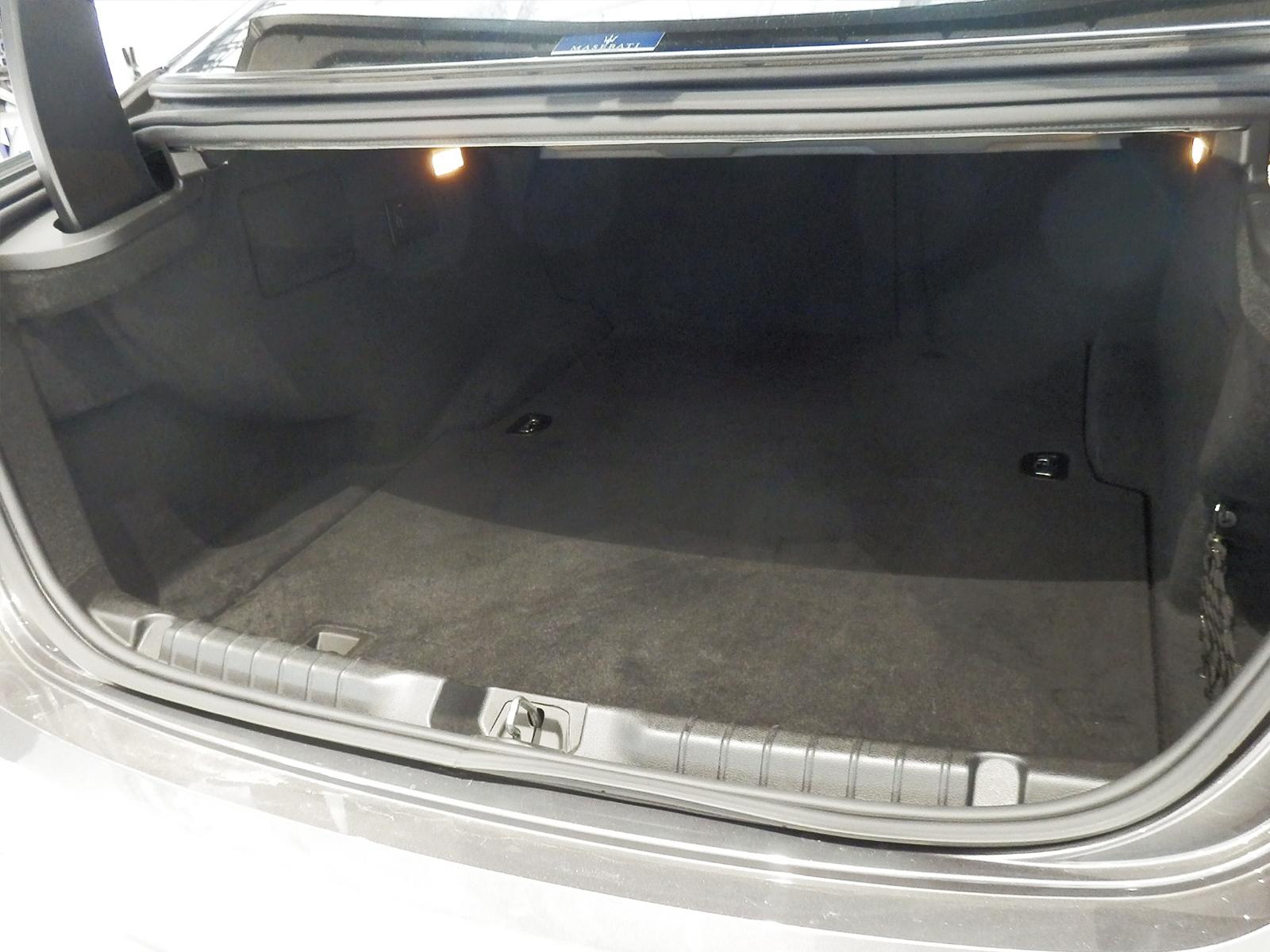マセラティ ギブリ S トランク