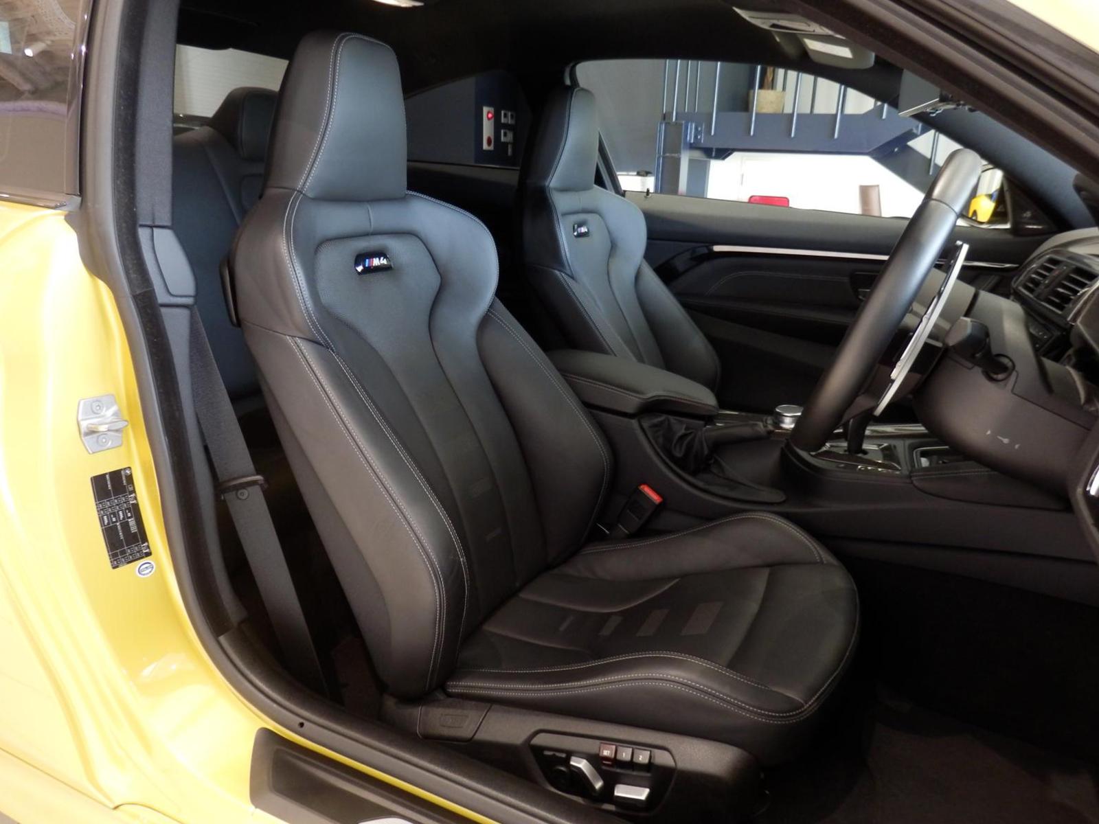 BMW M4 クーペ オースチンイエロー 運転席