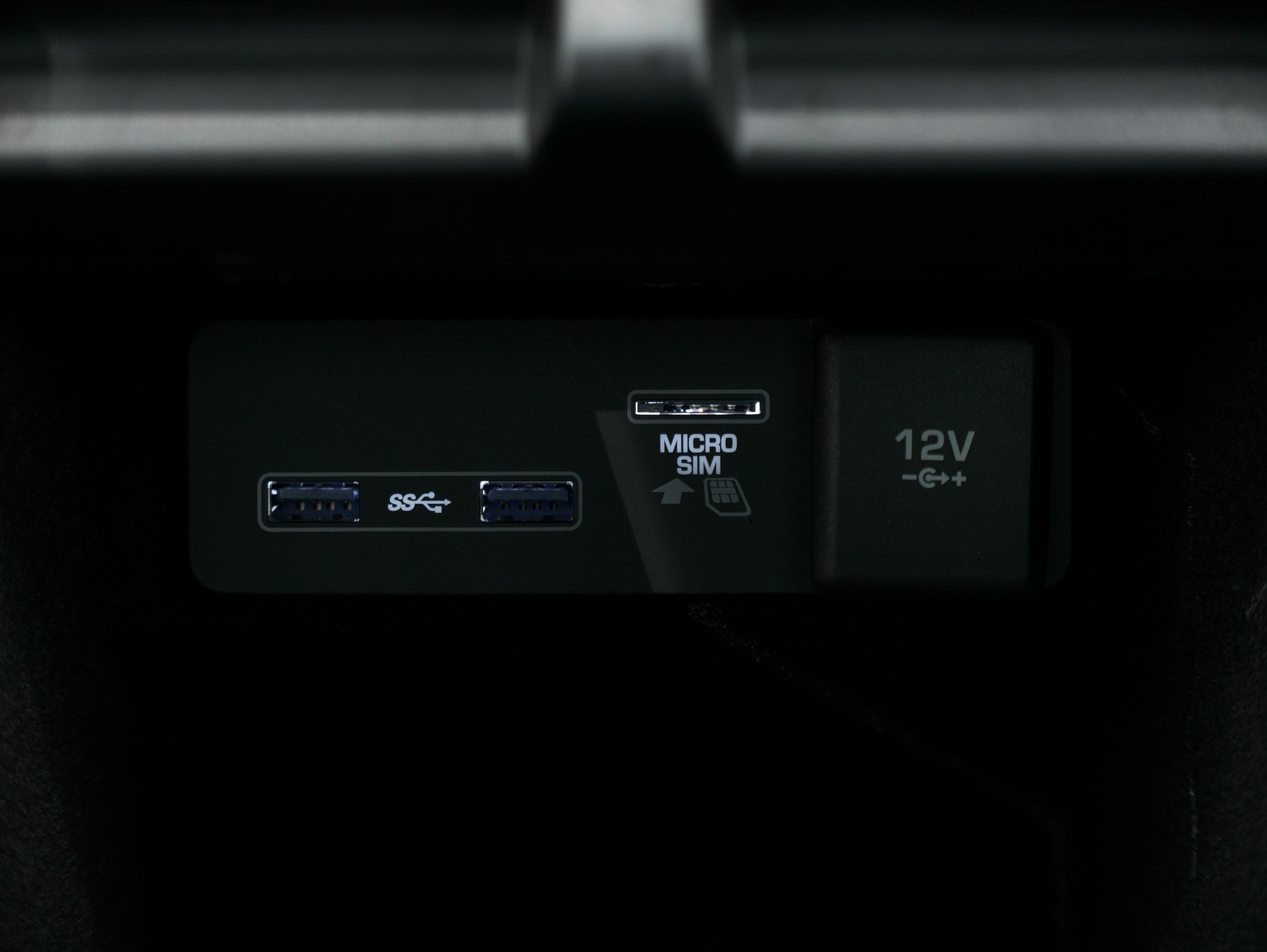 レンジローバーイヴォーク Rダイナミック HSE フジホワイト センターコンソール内USBソケット