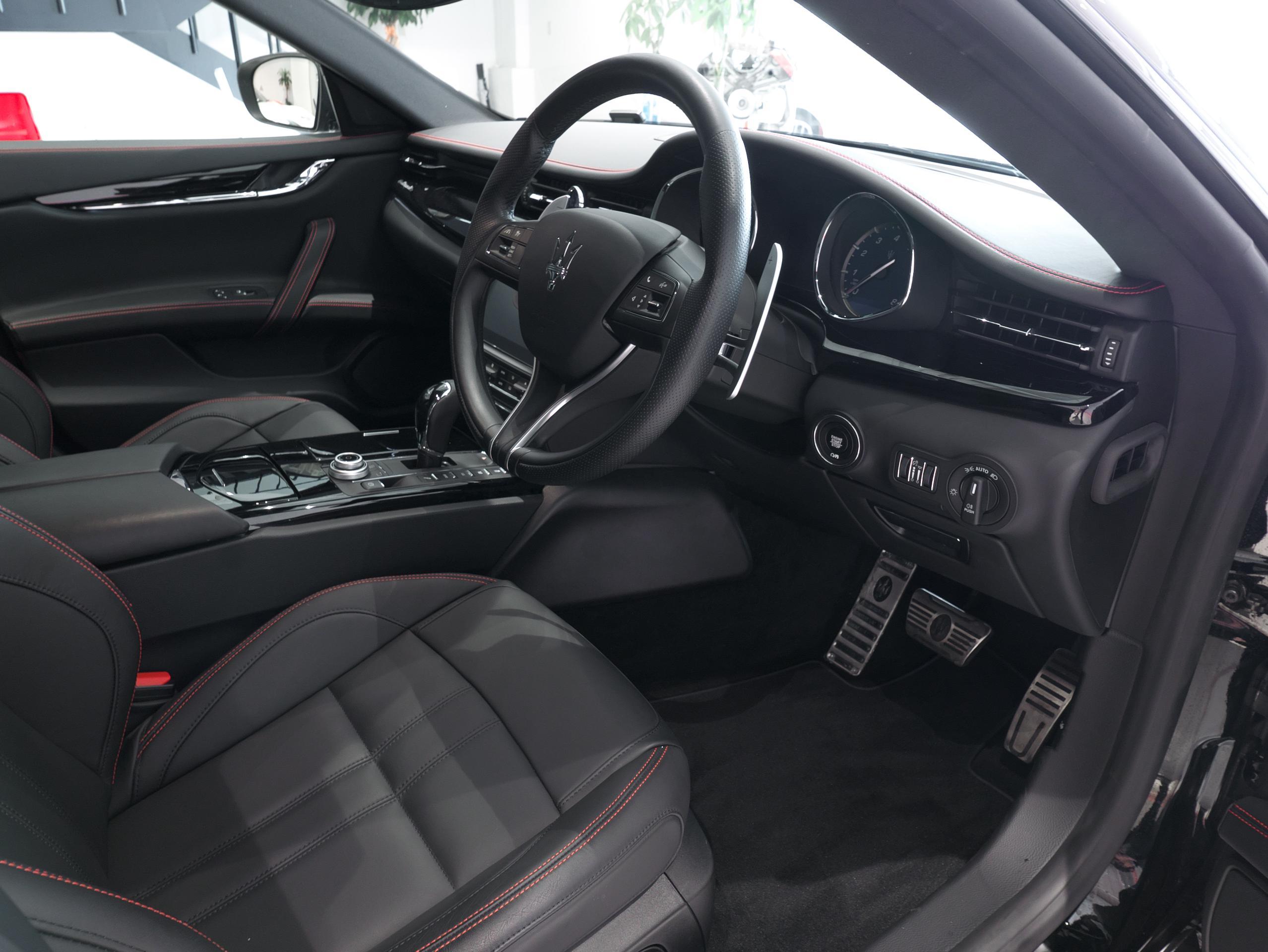 マセラティ クアトロポルテ S グランスポーツ 運転席シート