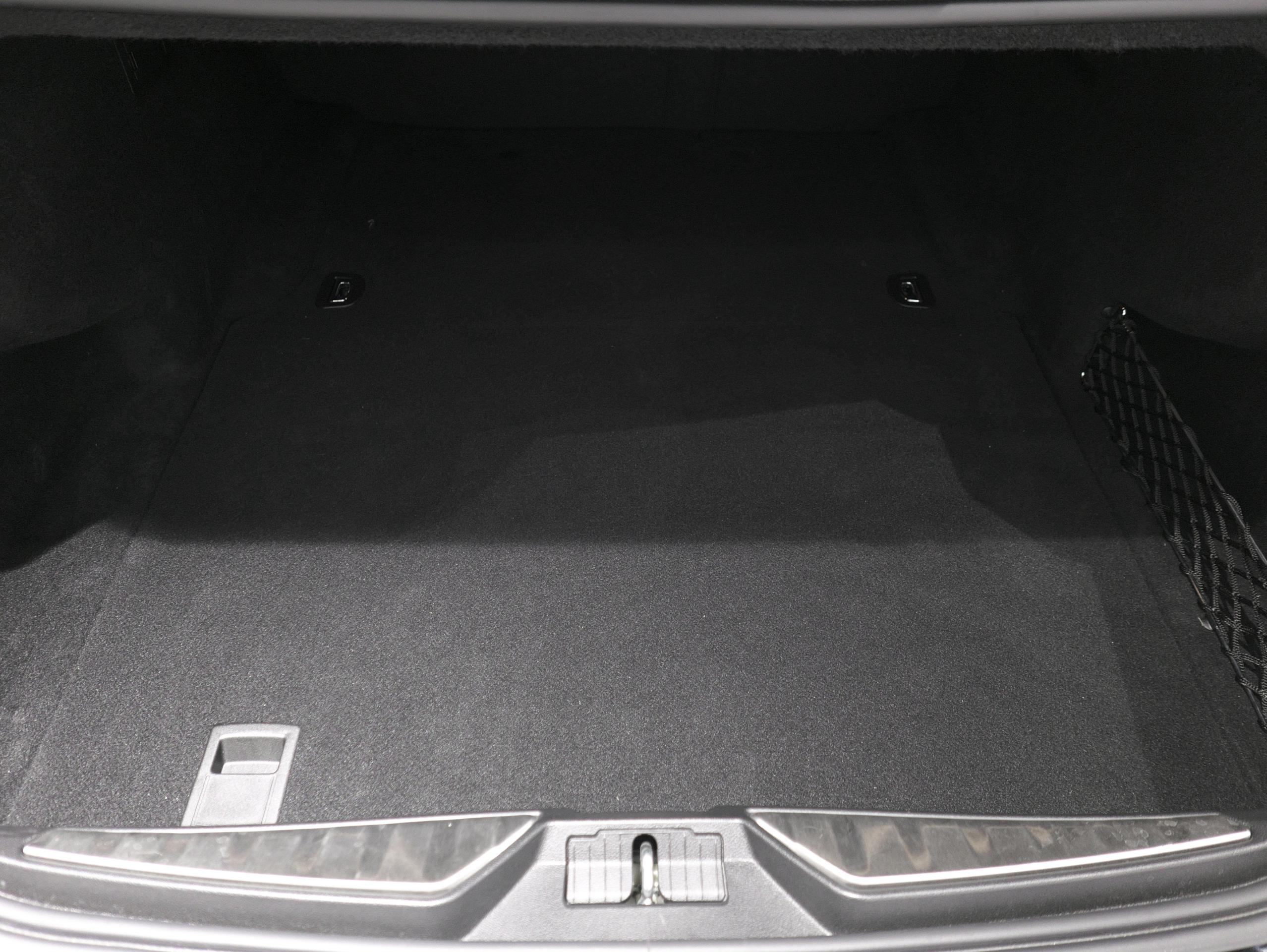 マセラティ クアトロポルテ S グランスポーツ トランク