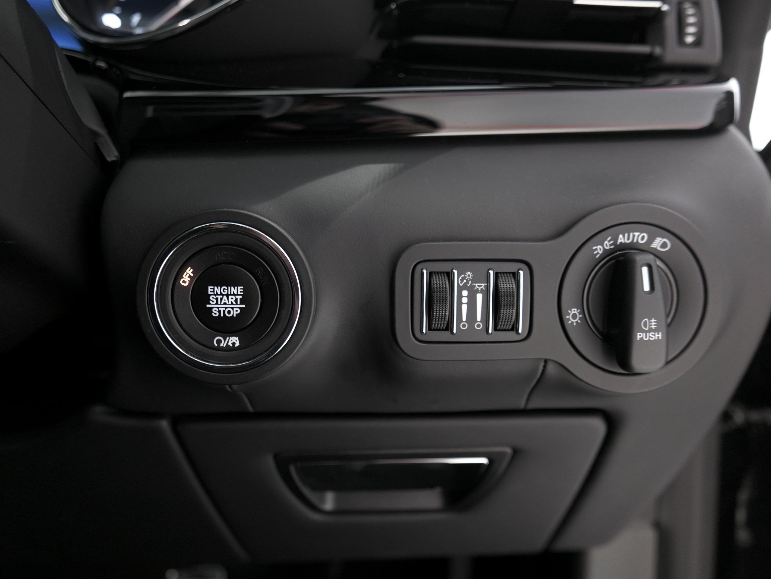 マセラティ クアトロポルテ S グランスポーツ スタートボタン