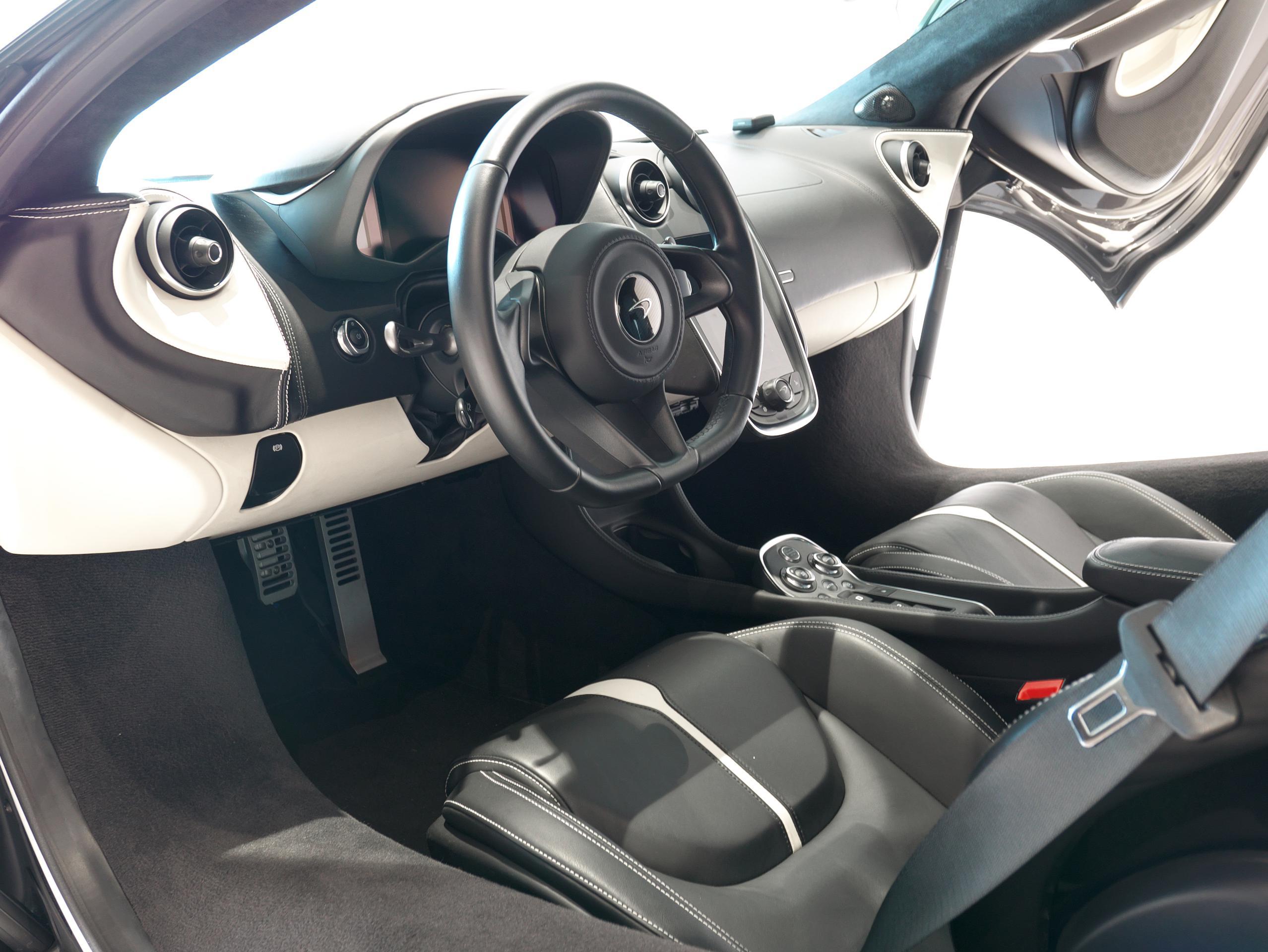 マクラーレン 540C 運転席