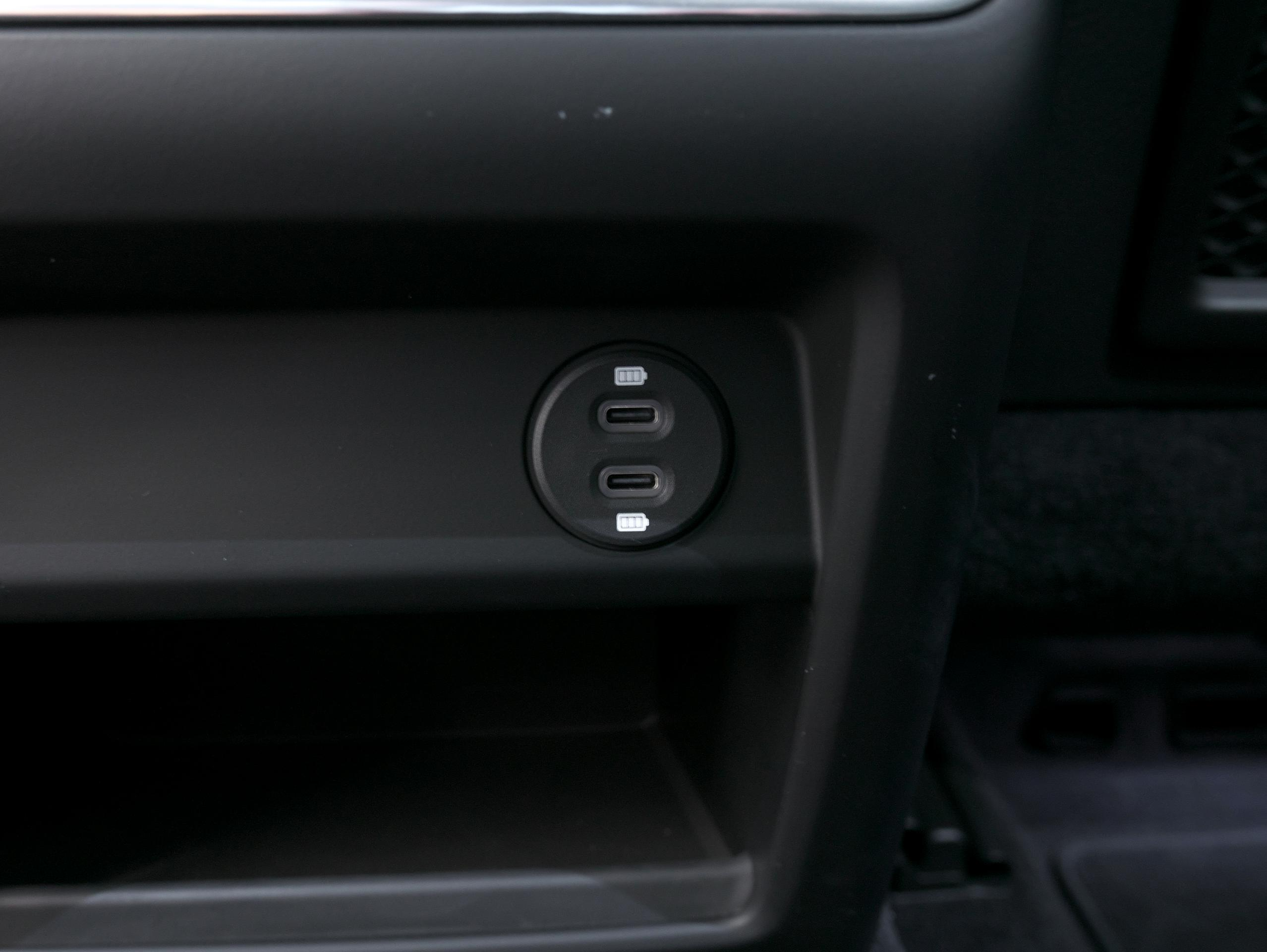 ポルシェ カイエン キャララホワイト 後席USB-Cポート