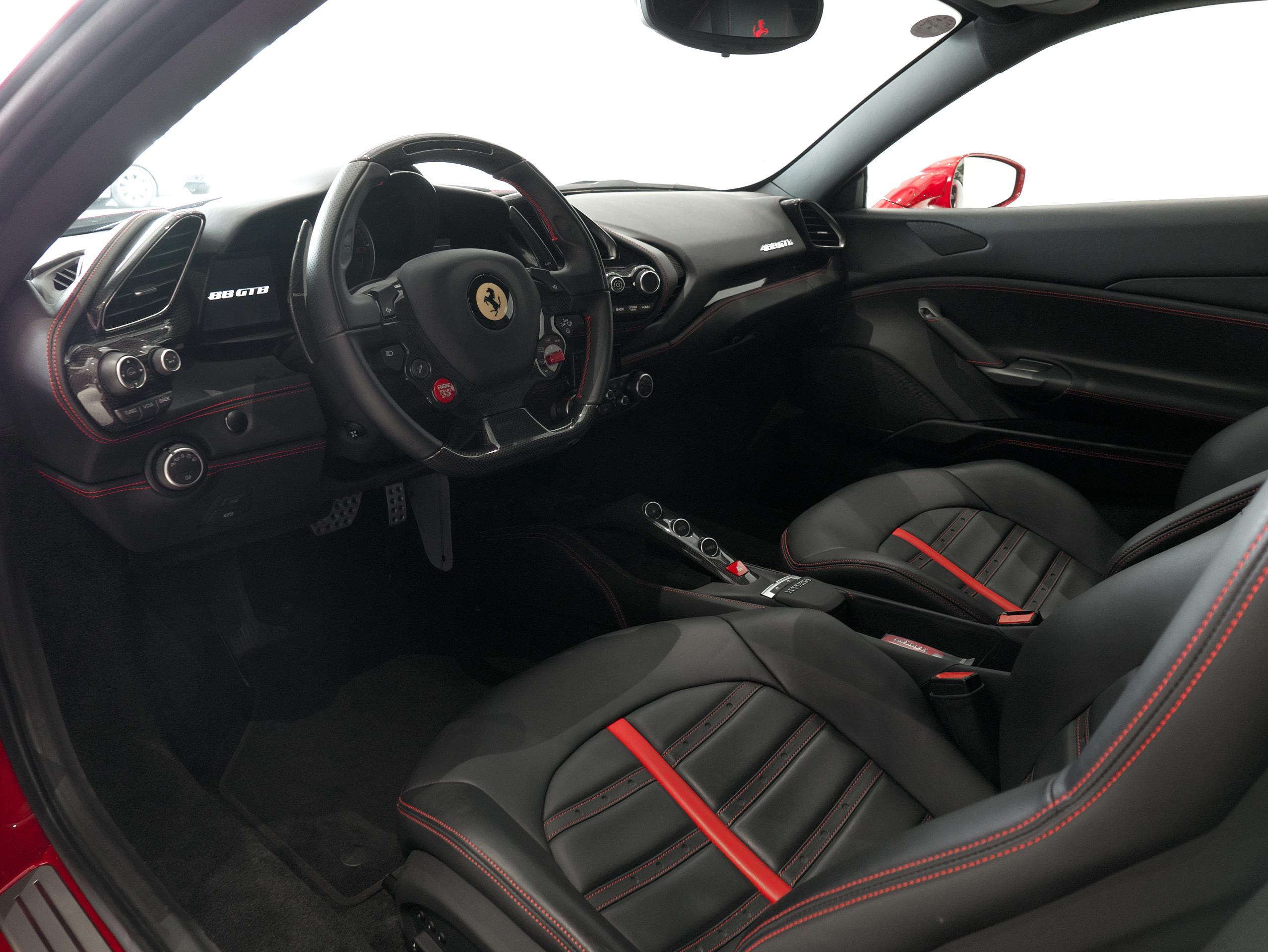 フェラーリ 488GTB 運転席
