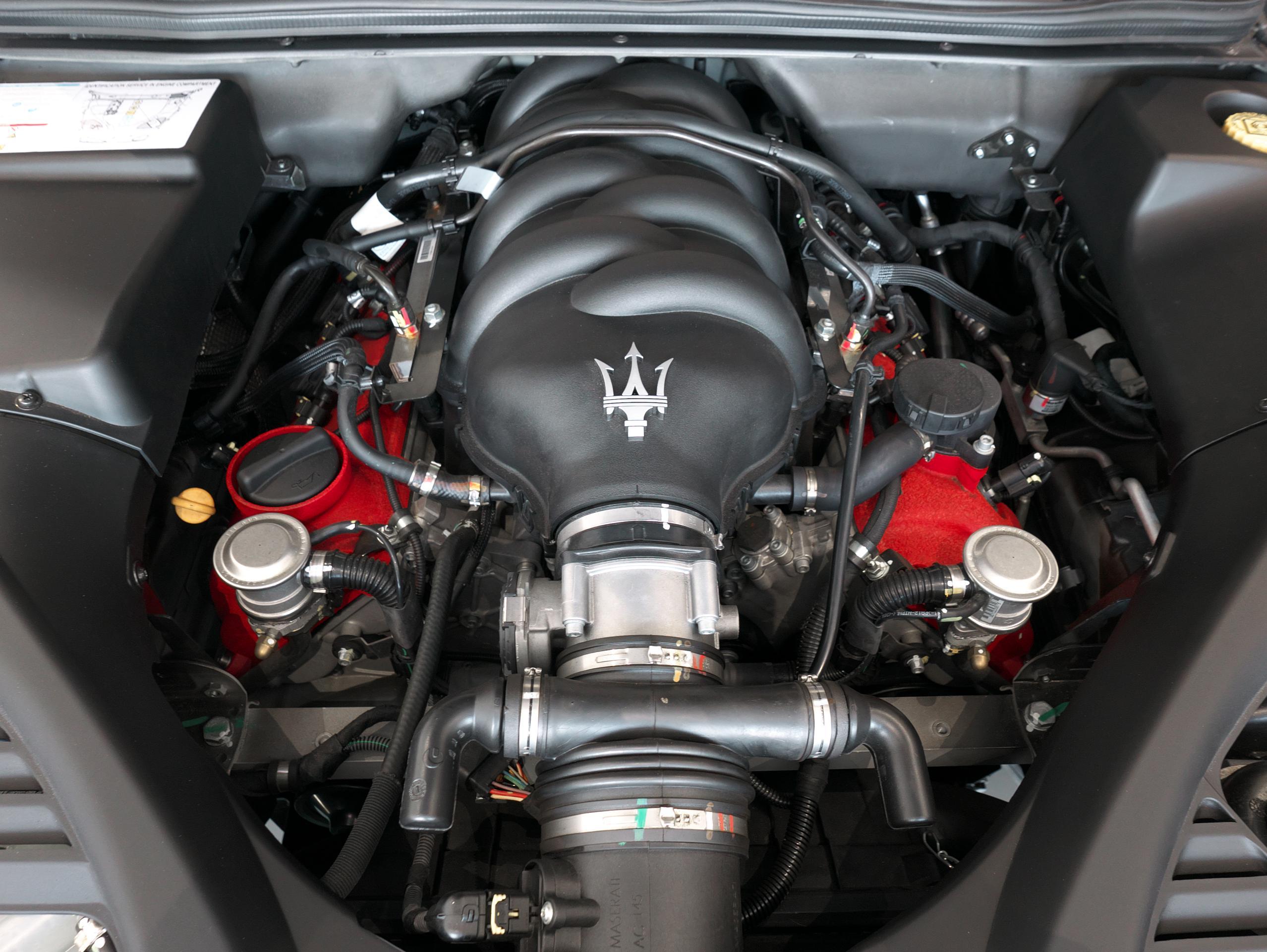 クアトロポルテ スポーツ GT S V8エンジン
