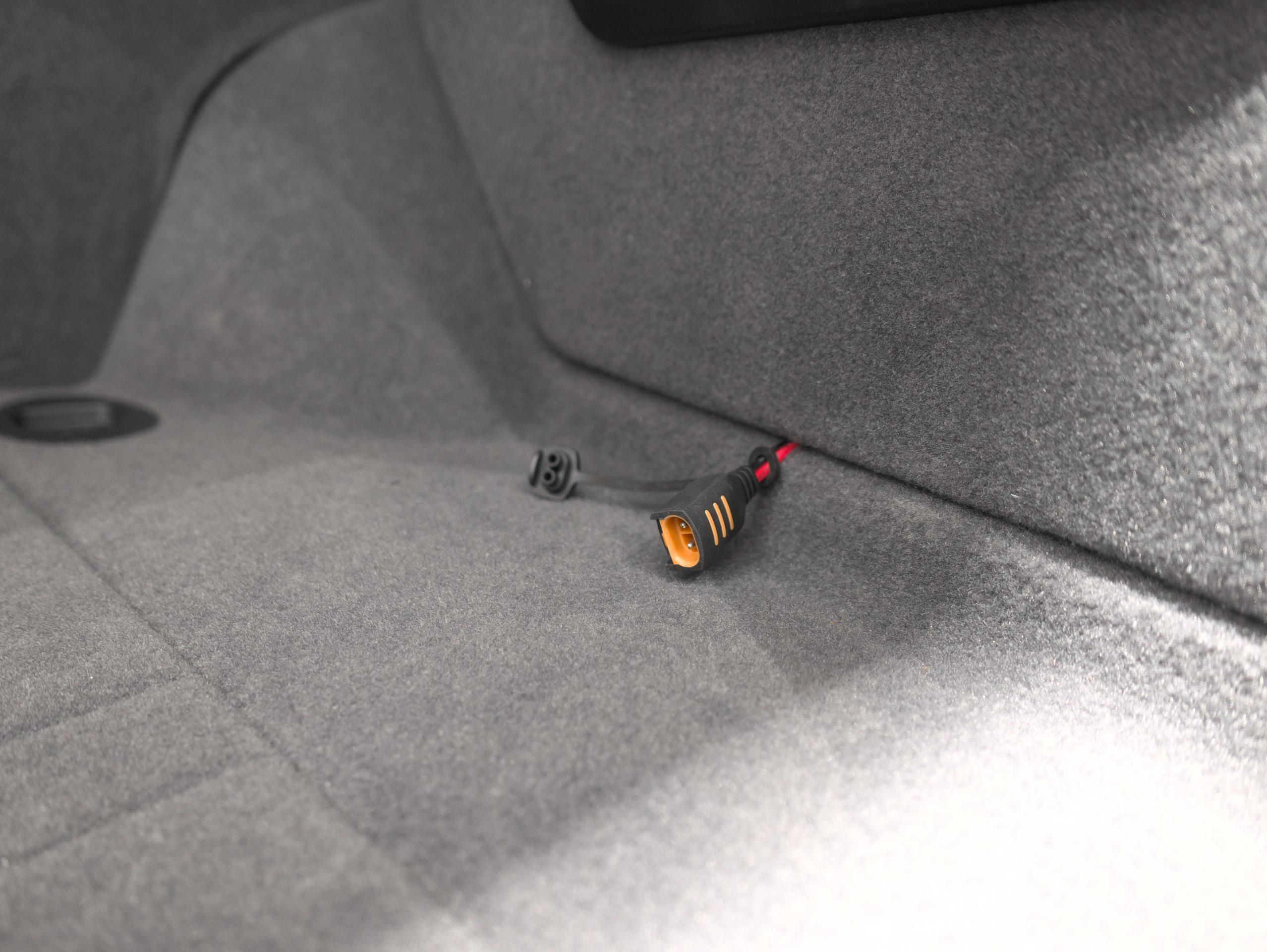クアトロポルテ スポーツ GT S バッテリーメンテナーポート