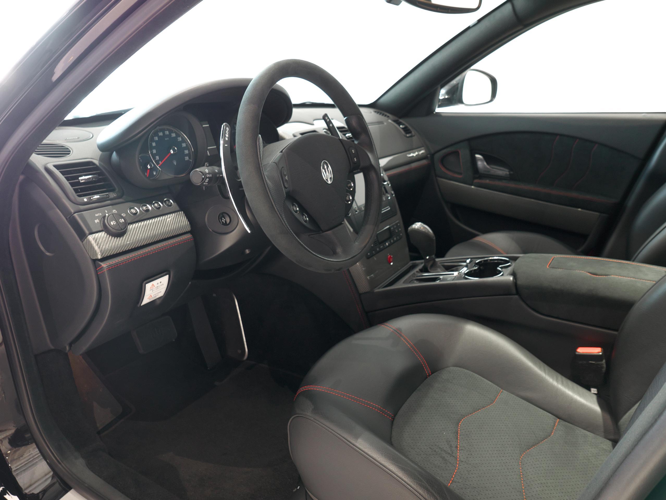 クアトロポルテ スポーツ GT S 運転席