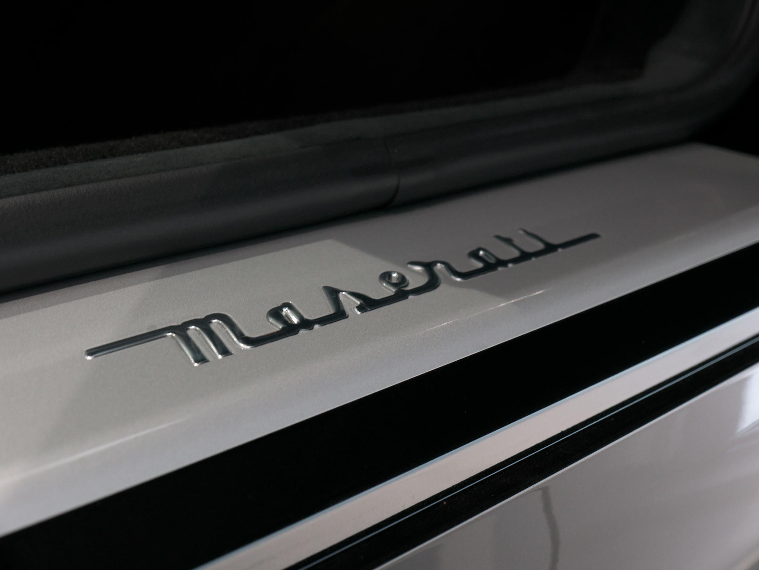 クアトロポルテ スポーツ GT S スカッフプレート