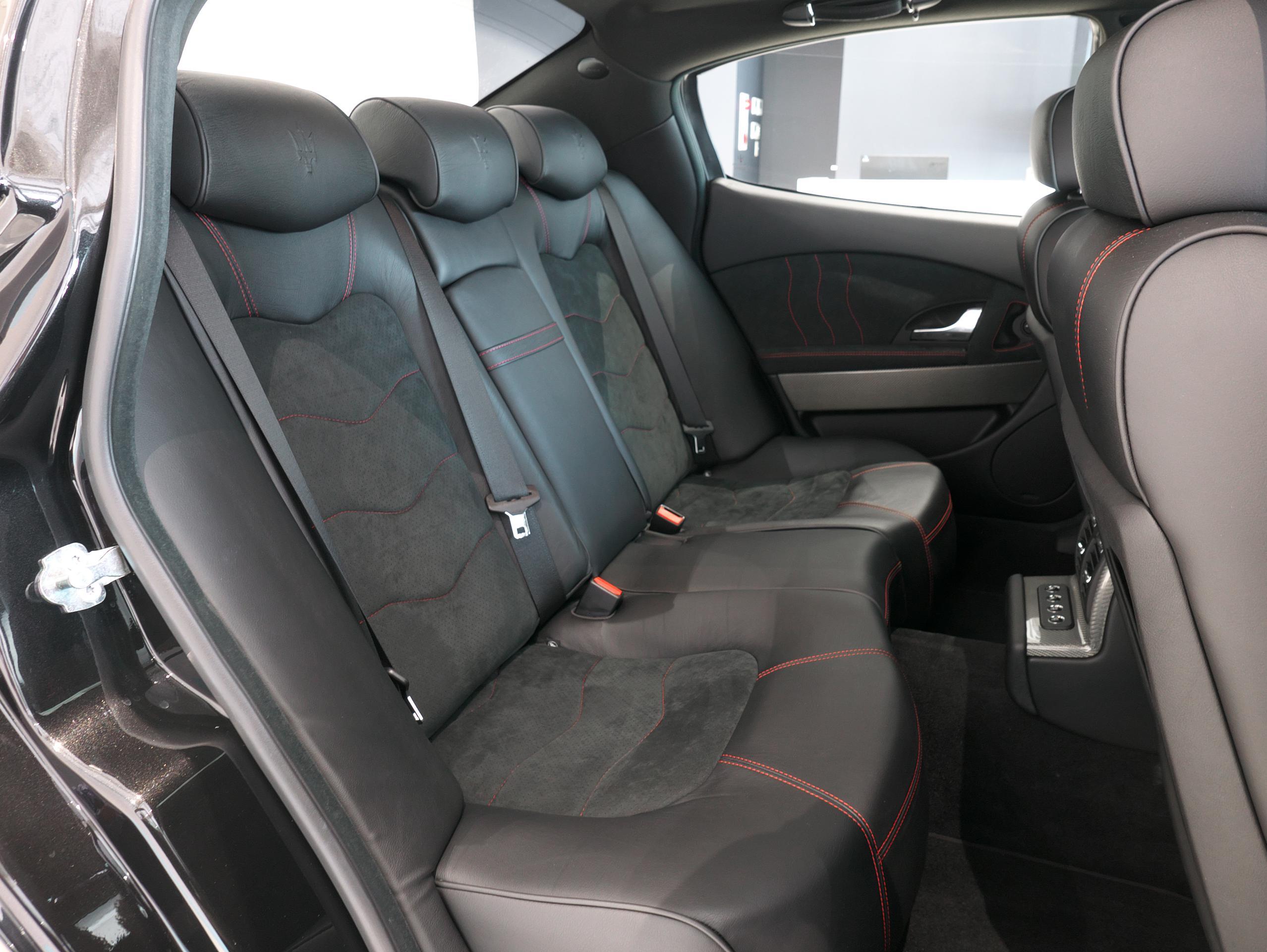 クアトロポルテ スポーツ GT S リアシート右側