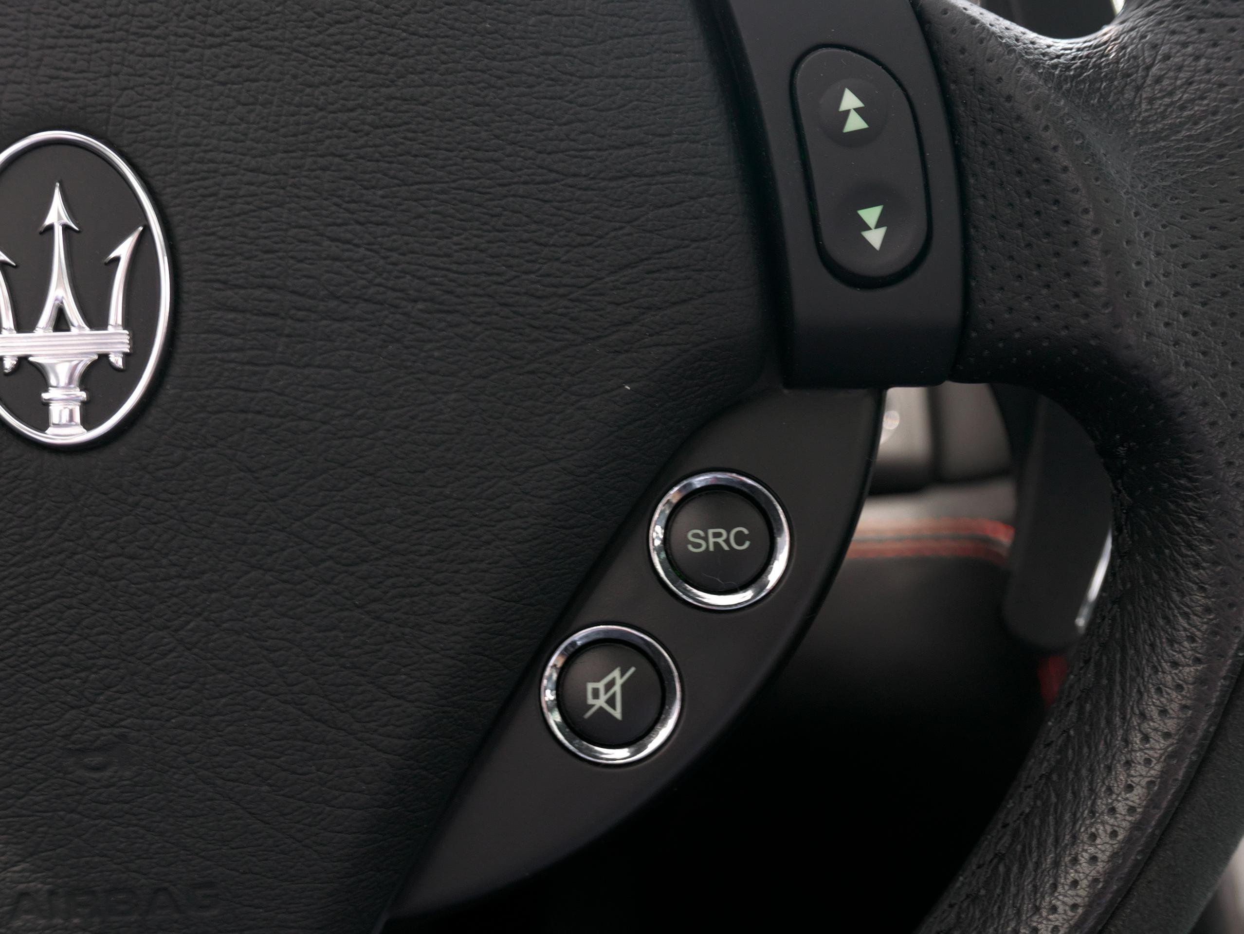 クアトロポルテ スポーツ GT S ステアリングスイッチ右側