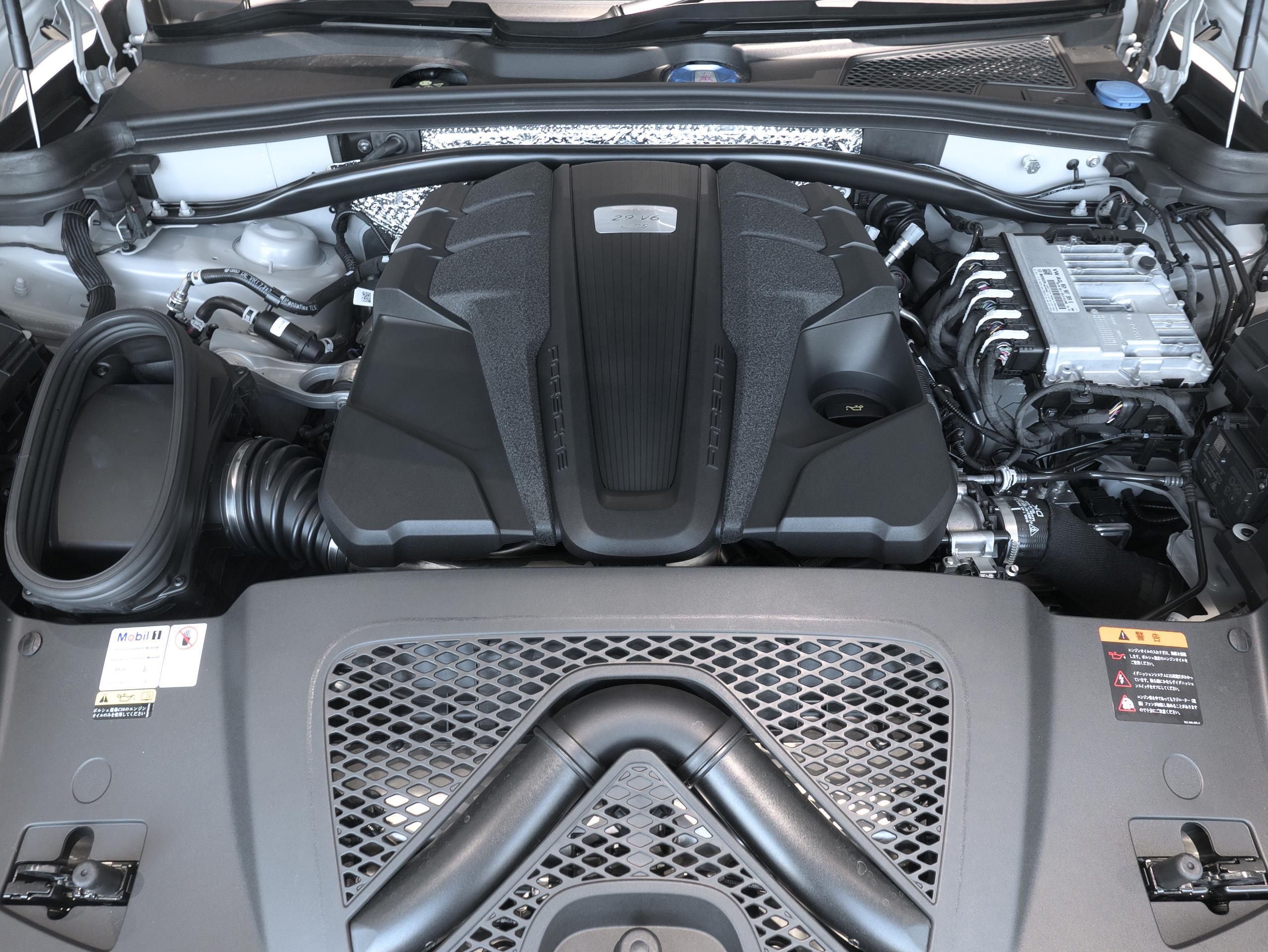 ポルシェ マカン GTS スポーツクロノ エンジンルーム