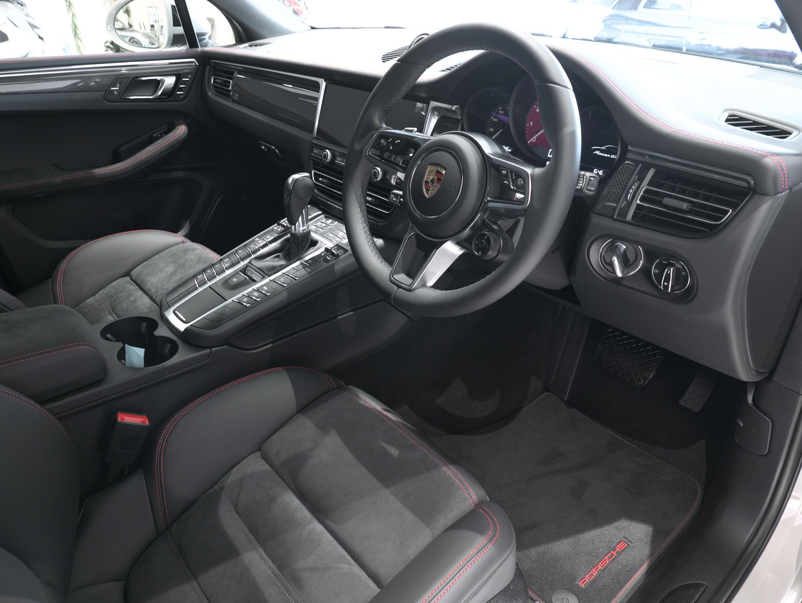 ポルシェ マカン GTS スポーツクロノ 運転席シート