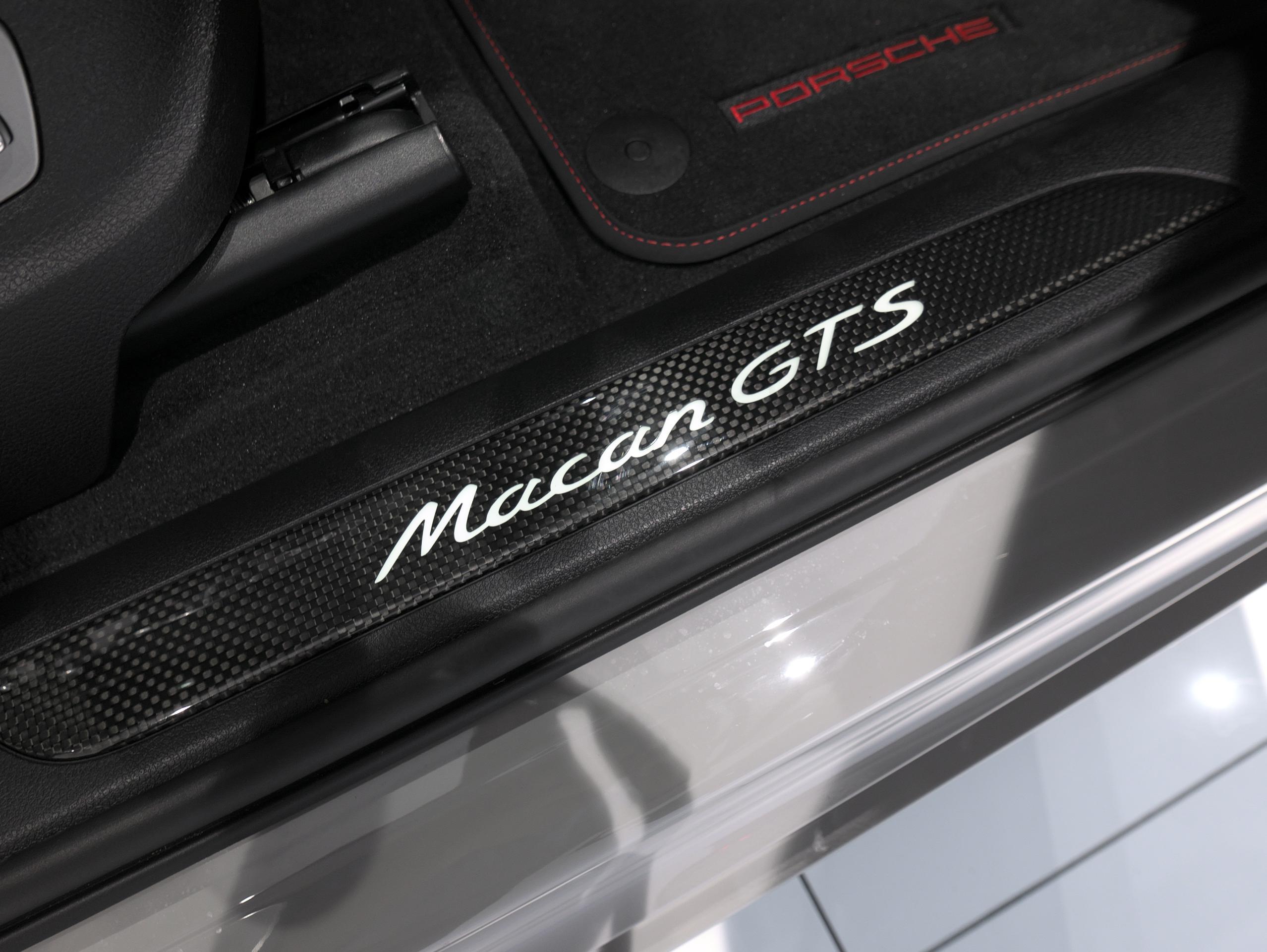 ポルシェ マカン GTS スポーツクロノ カーボンスカッフプレート