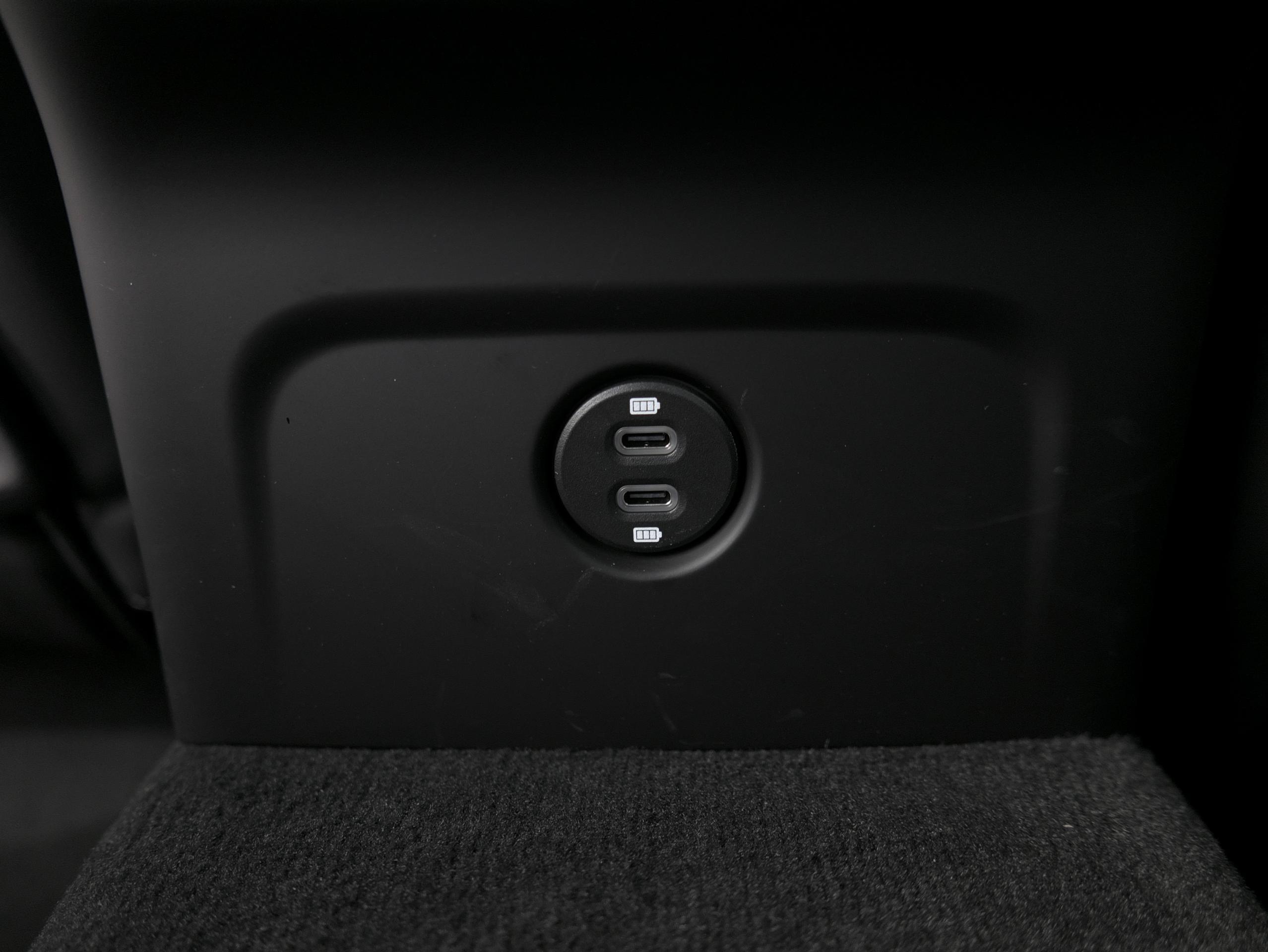 ポルシェ マカン GTS スポーツクロノ USBポート